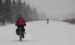 09-bikefootflyingsnow